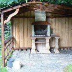 барбекю из бетона на открытой веранде
