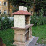 бетонное барбекю с декоративными элементами