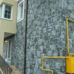 Фотография первого этажа и цоколя дома, выложенного декоративным камнем