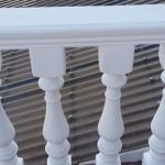 Окрашенные белые бетонные перила