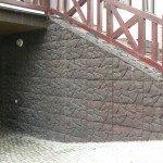 Лестница отделана декоративным камне