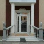 Фотография балюстрад на входе в дом