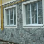 Фото: цоколь дома, обложенный камнем