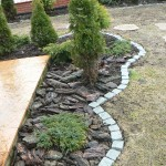 Оформление зон для цветов камнем