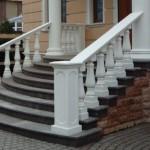 Лестница с прямыми бетонными перилами
