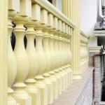 Перила и балясины из бетона, окрашенные в желтый цвет