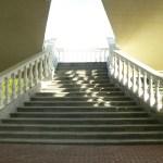 Эффектные бетонные балясины на лестнице