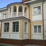 пример отделки дома фасадным декором из пенополистирола фото 10