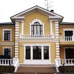пример отделки дома фасадным декором из пенополистирола фото 12