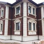 пример отделки дома фасадным декором из пенополистирола фото 13
