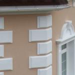 пример отделки дома фасадным декором из пенополистирола фото 14