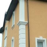 пример отделки дома фасадным декором из пенополистирола фото 2