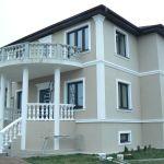 пример отделки дома фасадным декором из пенополистирола фото 4