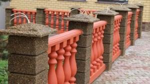 забор из блоков из мытого бетона и балясины